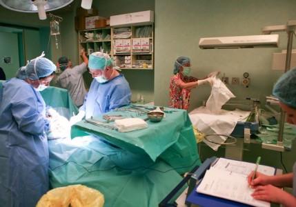Operatie cezariana efectuata de catre profesorul doctor Petre Bratila, mama fiind o femeie operata de cancer de col uterin, la Spitalul Euroclinic din Bucuresti