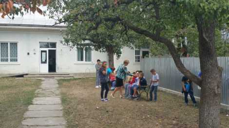 O parte dintre copiii de la Căciulești, în curtea dispensarului