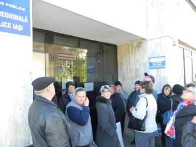 Oamenii care aveau treabă la Finanțe s-au văzut nevoiți să aștepte în fața ușilor închise
