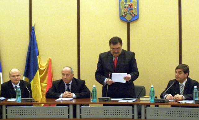 """Învestirea lui Ioan Ghica (dr.) în funcția de subprefect al județului Neamț, """"operată"""" de Victor Paul Dobre în 2008"""