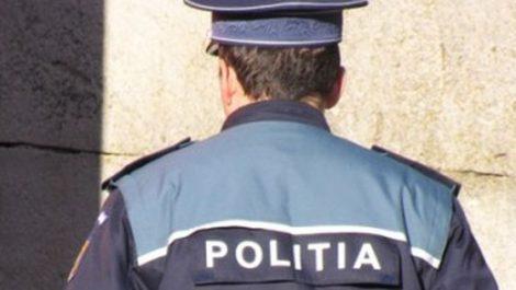 politist cu spatele
